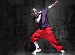 танцевальный стиль Ragga Jam танцует и самая знаменитая уроженка Барбадоса - Rihanna. Её кошачьи повадки в знаменитом на весь мир клипе Umbrella и в последнем хите мировых плейлистов Russian Roulette не что иное, как известный во всём мире Ragga Jam