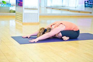 йога для женщин: Наклон из Свастикасаны (положение с перекрестом голеней)