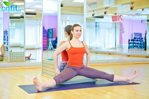йога для женщин: Упавиштха Конасана (широкий угол в положении сидя)