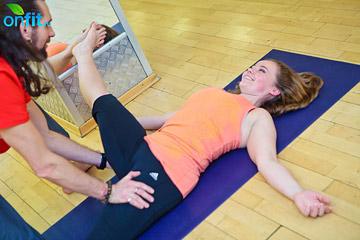 йога для женщин: Паршва Супта Падангуштхасана (поза, лежа на спине с отведением ноги в сторону)