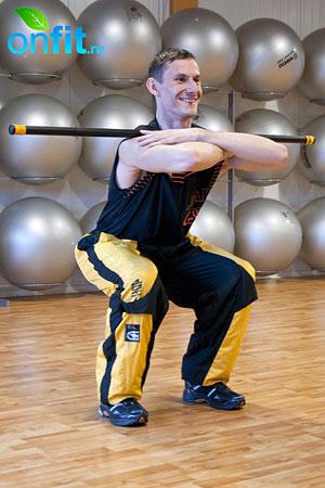 Комплекс упражнений для мужчин: приседания с оборудованием