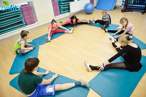 Детский фитнес позволяет малышам развивать двигательные навыки