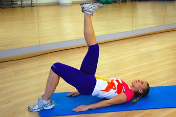 комплекс упражнений для ног: подъем таза с опорой на одну ногу