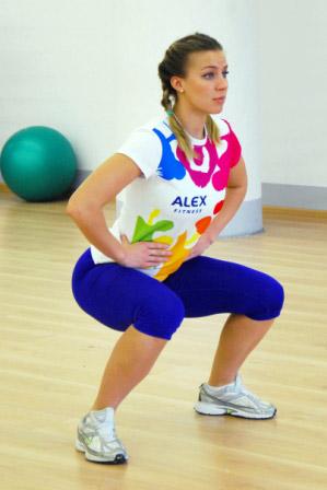 комплекс упражнений для ног: присед в стороны