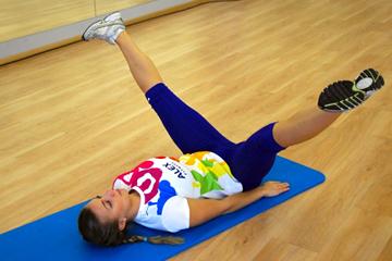 комплекс упражнений для ног: сведение-разведение прямых ног лежа на спине