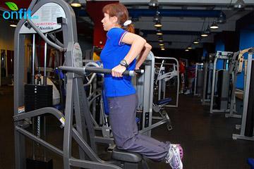 Как накачать мышцы рук: отжимания на брусьях