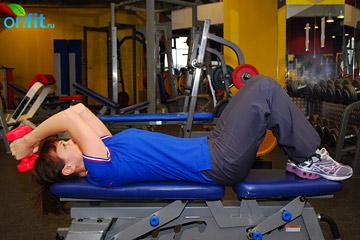 Как накачать мышцы рук: жим гантелей лежа