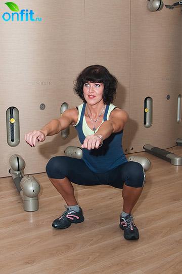 Комплекс упражнений для бедер: приседания, положение ног - стопы широко, мыски в сторону