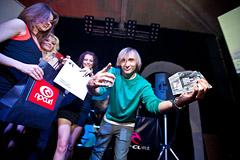 Стас Чистяков, бренд-менеджер DC, получает приз за Женю Гольдман, победившую в номинации Райдер года среди девушек