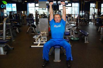 Упражнения на плечи: жим гантелей сидя
