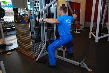 Упражнения на плечи: махи руками назад на тренажере