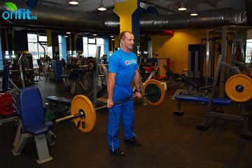 Упражнения на плечи: шаги со штангой