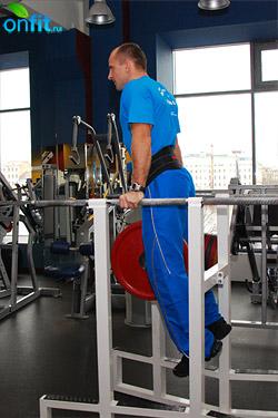Упражнения на трицепс: отжимания на брусьях узким хватом, усложненный вариант