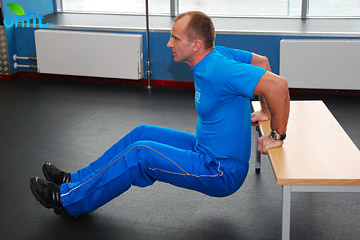Упражнения на трицепс: отжимания спиной к скамье