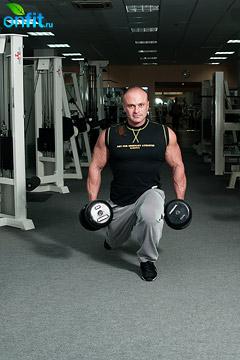 Комплекс упражнений с гантелями. Выпады назад