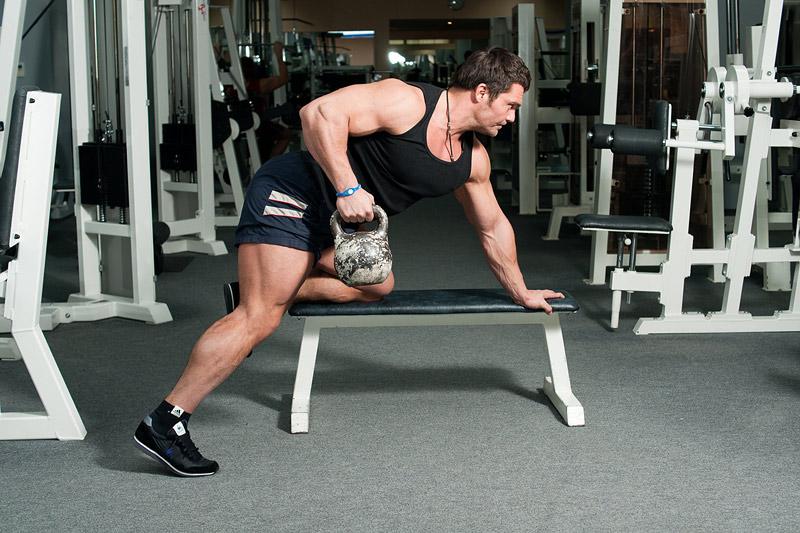 Упражнения на плечи в домашних условиях с гирей