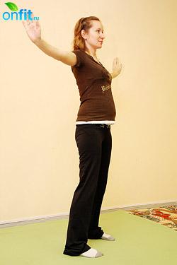 Выполнение упражнения для беременных в 1-м триместре «Растяжение в стороны»