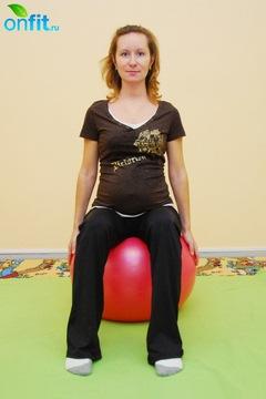 Исходное положение для выполнения упражнения для беременных в 3-м триместре «Повороты головы на фитболе»