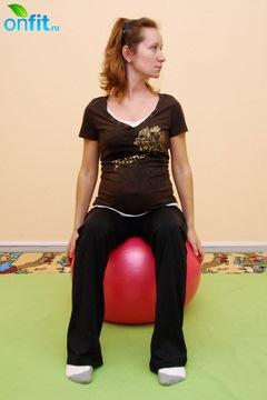 Выполнение упражнения для беременных в 3-м триместре «Повороты головы на фитболе»