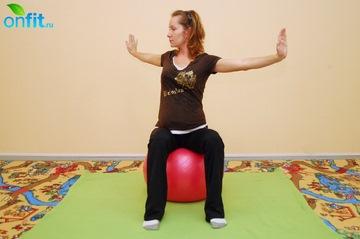 Выполнение упражнения для беременных в 3-м триместре «Скручивания на фитболе»