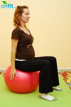 Исходное положение для выполнения упражнения для беременных в 3-м триместре «Пяточки-носочки»