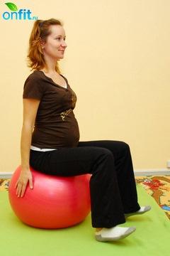 Выполнение упражнения для беременных в 3-м триместре «Пяточки-носочки»