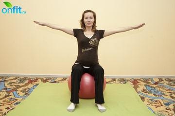 Выполнение упражнения для беременных в 3-м триместре «Круги руками»