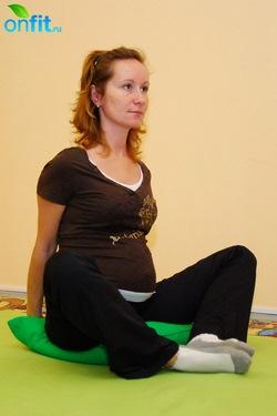 Исходное положение для выполнения упражнения для беременных в 3-м триместре «Бабочка»