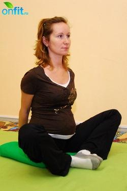 Выполнение упражнения для беременных в 3-м триместре «Бабочка»