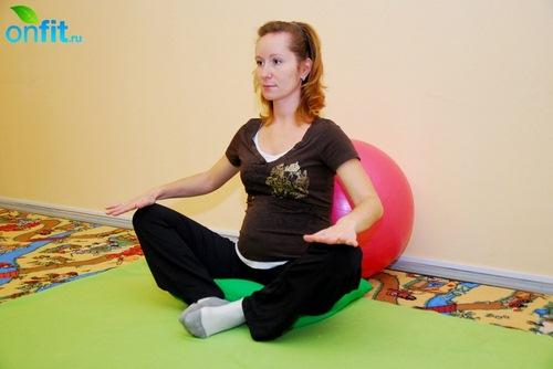 Выполнение упражнения для беременных в 3-м триместре «Бабочка» с опорой на мяч