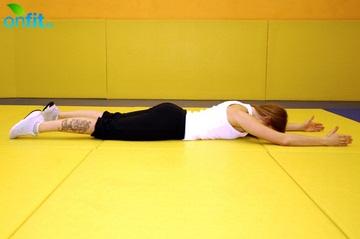 Пресс за 8 минут: подъем рук и ног в положении лежа