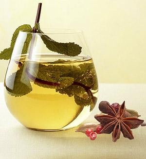 Сбитень – исконно русский напиток, приготовленный на основе меда и пряностей.
