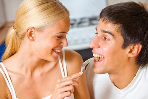 Канадские психологи считают, что женщине проще худеть рядом с мужчиной