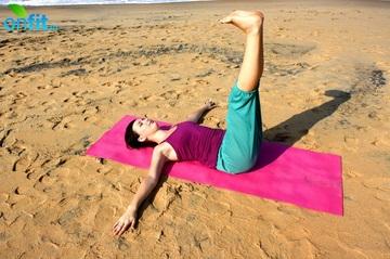 Йога для плоского живота - подъемы ног.