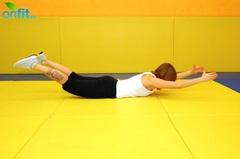 Упражнения для спины: подъем рук и ног в положении лежа на животе