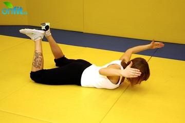 Упражнения для спины: подъем бедер и локтей в положении лежа на животе