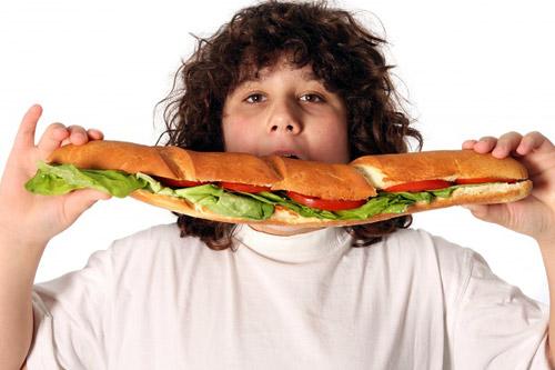 Когда жизнь неинтересна на события и скучна на яркие эмоции и впечатления, то человек начинает искать удовлетворение в еде.
