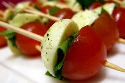 Помидорно-сырный перекус. Все что потребуется - это помидоры черри и ломтики сыра сорта Моцарелла.