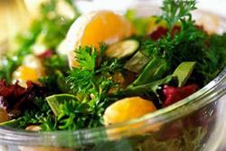 Салат из овощей или фруктов. Желательно использовать только свежие ингредиенты/
