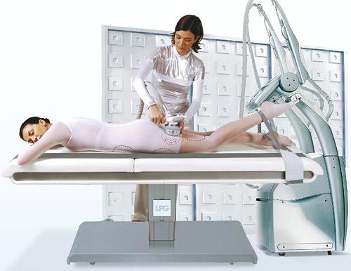 Пациент надевает специальный индивидуальный костюм, через который все его тело или отдельные локальные зоны массируются роликами, и ложится на массажный стол.