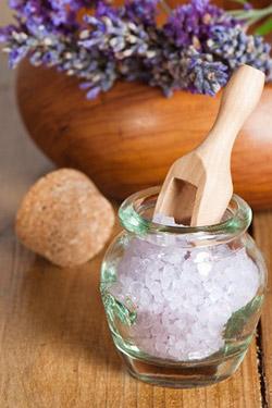 Солевые ванны придают коже заметную упругость, приводят мышцы в тонус, избавляя организм от усталости и от лишних килограммов.