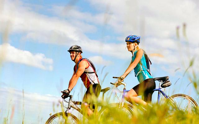 Замените 1-2 похода в неделю в фитнес-клуб на занятия на свежем воздухе — пешие прогулки, покатушки на роликах или велосипедах, подвижные игры с друзьями.