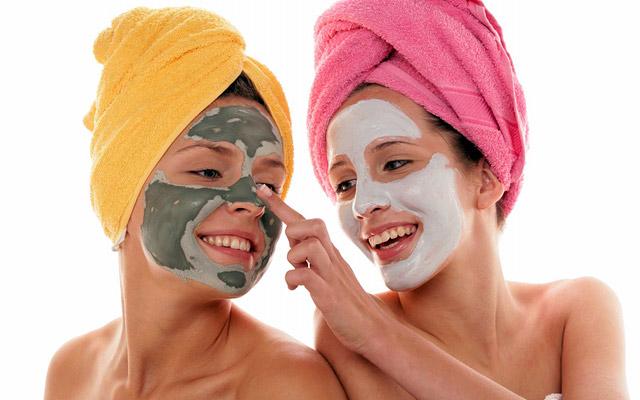 Дома можно приготовить различные маски и делать их 2-3 раза в неделю.
