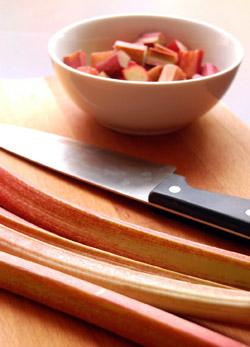 Ревень выводит из организма токсины и лишние жиры.отовят супы, пюре, кисели, компоты, варенья, а также начинки для пирогов.