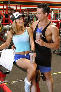 Гейнер отлично подходит для восполнения пробелов питания при интенсивных тренировках.