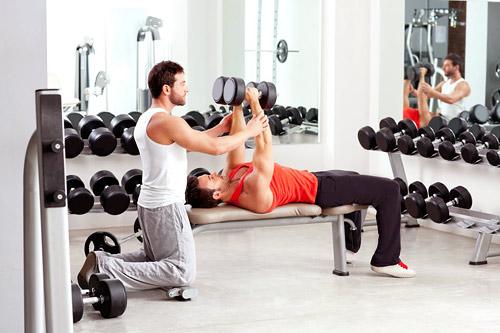 Желательно начать заниматься вместе с инструктором, который подберет нужную программу тренировку и помимо сжигания жира, мужчины будут еще и качать мышцы.