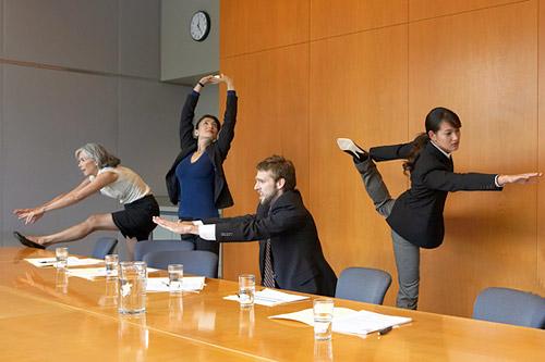 офисные сотрудники делают разминку