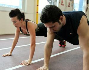 При занятиях силовой аэробикой также используется вес собственного тела (например, при выполнении упражнений на брюшной пресс или отжиманиях).