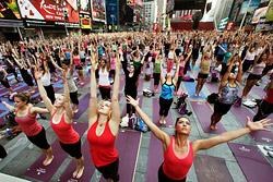 В Нью-Йорке прошел массовый йога-марафон