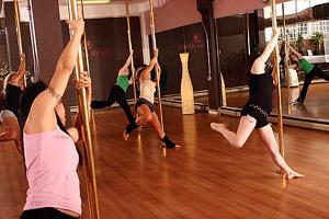 Pole Dance можно смело назвать видом фитнеса, ведь занятия дают серьезную физическую нагрузку.